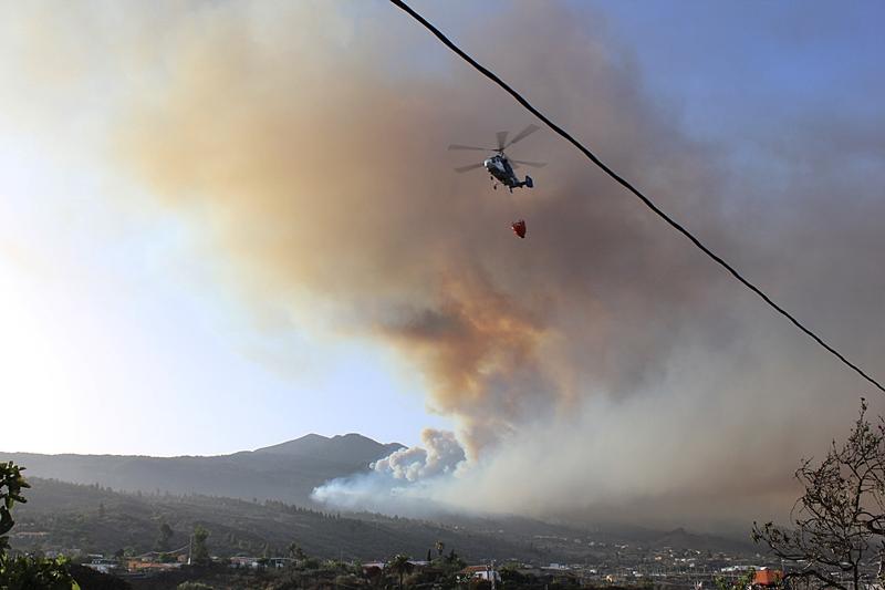 Waldbrand auf La Palma: Am Donnerstagmorgen um 9 Uhr fliegen die Helikopter im Minutenabstand zum Wasserreservoir Dos Pinos oberhalb von Los Llanos, füllen ihre Wassertaschen und kehren in das Brandgebiet bei El Paso zurück. Foto: La Palma 24