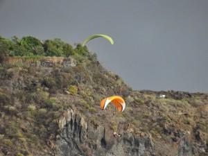 Risikosportarten wie etwa Gleitschirmfliegen: Wer mit einem Veranstalter fliegt, ist automatisch versichert. Foto: La Palma 24