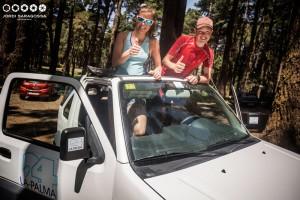 Wer ein Auto bei La Palma 24 mietet, hat Spaß, wie dieses Foto mit den Transvulcania-Runnern Emilie Forsberg und Philipp Reiter zeigt. Kommt aber ein Strafzettel ins Büro geflattert, hört der Spaß auf und das Knöllchen wird an die Behörden weitergeleitet. Foto: Jordi Saragossa