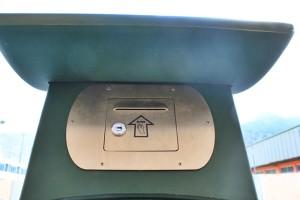 Oben am Ticketautomat in Los Llanos: In diesen Schlitz steckt man den Strafzettel im Kuvert - unten bezahlt man zwei beziehungsweise vier Euro. Foto: La Palma 24