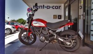 Vorm Büro der La Palma 24-Auto- und Motorradvermietung: Die Ducati Scrambler wartet auf ihre Fans.