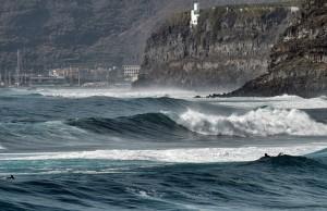 Rollen solche Wellen auf La Palma an, wird schon mit gelben und roten Flaggen vorm Schwimmen im Atlantik gewarnt: Selbst erfahrene Surfer wie auf unserem Foto haben sich dabei schon überschätzt und sind in Seenot geraten. Foto: Michael Kreikenbom