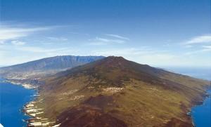 La Palma im Blick auf Hotels und Golfplätze: Durch die Modifizierung der Tourismusverordnung kann das Cabildo selbständig genhemigen. Foto: Vulkannacht