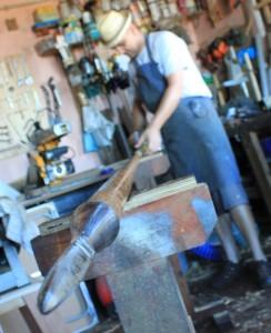 Manolo in seine Werkstatt beim Endschliff eines Sprungspeers: Alles ist Handarbeit, auch die Spitzen stellt der Schreiner und Messerschmied selbst her. Foto: La Palma 24