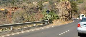 In der Kilometer-84-Kurve am Nordausgang von Tijarafe heißt es ab und zu Stopp: Die Autos müssen warten, bis ein Laster mit Gestein beladen ist, das hier abgebrochen wird. Foto: La Palma 24