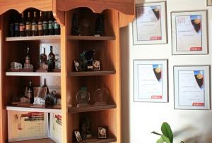 Im Empfangsraum und Probierstübchen der SAT-Bodega: Urkunden und Auszeichnungen, wohin man schaut. Foto: La Palma 24