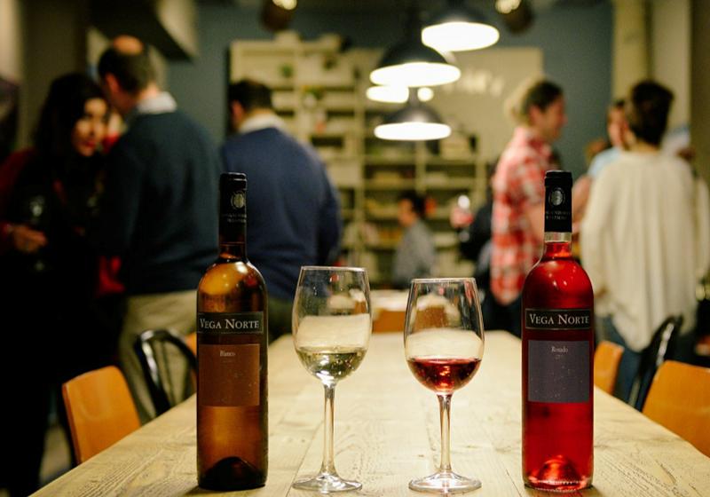 Vega Norte-Weinproben: Die Degustationen sind im Empfangsraum der SAT-Bodega oder auch auf Fincas in den Nordwest-Weinbergen möglich. Oscar geht auf Ihre individuellen Wünsche ein. Foto: SAT Bodegas Noroeste