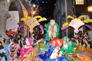 Heilige Drei Könige: Der 6. Januar ist auch auf La Palma ein Feiertag und der schönste für Kinder. Denn auf La Palma bringen gibt es erst an Reyes die Weihnachtsgeschenke und den großen Umzug in der Hauptstadt. Foto: Cabalgata in Santa Cruz de La Palma