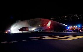 Tradition: Neue Airlines werden von der Flughafenfeuerwehr mit Wasserbögen begrüßt. Foto: Carlos Díaz La Palma Spotting