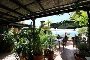 Lauschige Terrasse: Hier genießen die Gäste die authentische Küche von Paolo und die Aussicht auf den Atlantik.