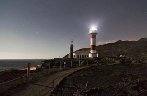 Der Leuchtturm bei den Salinen im Süden von La Palma unterm Sternenhimmel: Erinnerung an einen schönen Urlaub auf der Isla Bonita für zuhause.