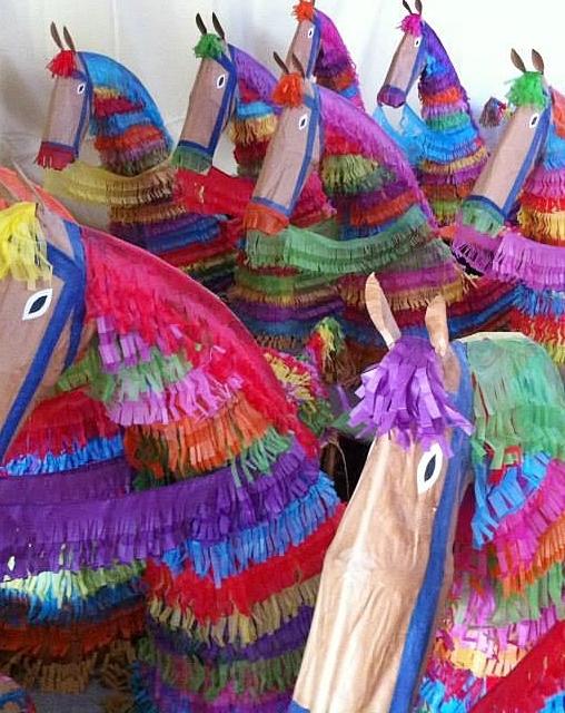 Caballos Fufos in Tazacorte: wie ihre Kollegen lustig und bunt, besondern wenn noch Reiter drinstecken. Foto: Gemeinde