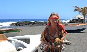 Crystel: die Künstlerin organisiert den Lesetreff in Puerto Naos und freut sich über den großen Zulauf. Foto: La Palma 24
