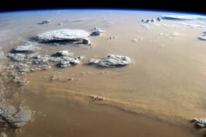 Sandsturm in der Sahara: Die Partikel enthalten