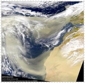 Sandfahnen eines Saharasturms: Erreichen die Kanaren und Kap Verden und ziehen sich je nach Windstärke weiter über den Atlantik bis Süd- oder Nordamerika. Foto: NASA