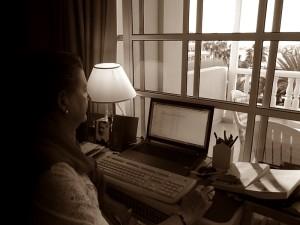 Barbara Schlüter beim Schreiben in ihrem La Palma-Domizil im Hotel Sol: Das Pendeln zwischen Hannover und der Isla Bonita schlägt sich auch in ihren Romanen nieder. Foto: La Palma 24