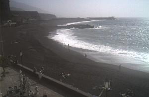 Blick nach Süden und in die Berge bei Calima im Badeort Puerto Naos: Alles ist in ein diffuses Licht getaucht.