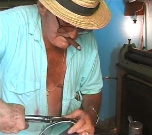 Ein typisches Stück La Palma: Domingo mit Puro und Rotweinflecken auf dem Hemd beim Tambores-Basteln im Helmut-Schilling-Film.
