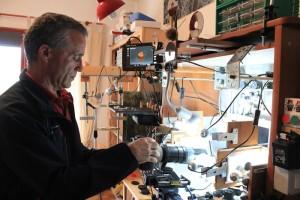 """Facundo Cabrera an seiner """"Caja de Luz"""": Bilder von millimeterkleinen Objekten. Foto: La Palma 24"""