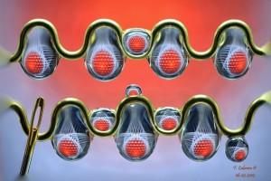Wassertropfen in Metall mit Hintergrund: Auch solche dekorative Motive fotografiert Facundo Cabrera in seiner Caja de Luz.