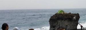 Noch schläft der Camper, aber nicht mehr lange: Zelten auf dem Felsen von Puerto Naos ist nicht gestattet.