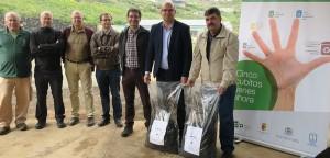 """Derzeit hagelt es Fotos vom ersten """"La Palma""""-Kompost: Hier wird der organische Dünger aus dem Biomüll von El Paso im Vivero in Puntalla eingeführt."""