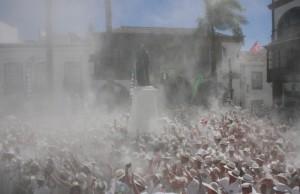 Día de Los Indianos 2017: 80.000 feierten eine ausgelassene Fiesta im Pulverregen. Foto: Stadt Santa Cruz