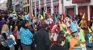 Auch die Kleinsten dürfen mit: hunderte von Kindern und Schülern beim großen Eröffnungsumzug des Karnevals in Santa Cruz de La Palma. Foto: Stadt
