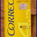Gelber Correos-Briefkasten.