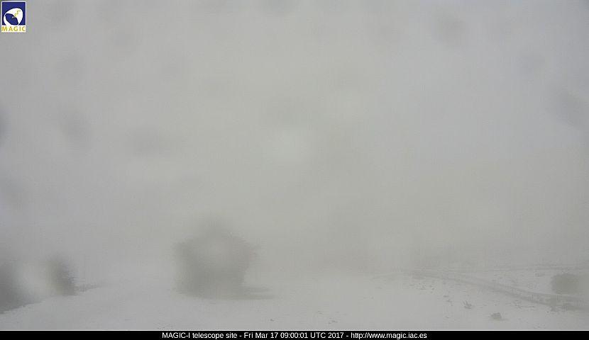 Das MAGIC-Tele am Freitagmorgen: im Nebel und Schneetreiben kaum zu erkennen. Foto: Webcam