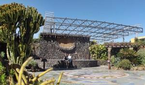 Plaza Glorieta in Las Manchas: Das Stahldach des Schulhofes ist seit Jahren ein optisches Ärgernis - insbesondere für Touristen, die die von Luis Morera geschaffene Mosaiklandschaft fotografieren wollen. Foto: La Palma 24