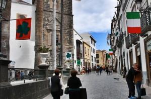 Irish-Deco: In Santa Cruz wehen derzeit die irische Flagge und das Kleeblatt-Symbol der Grünen Insel. Foto: Stadt