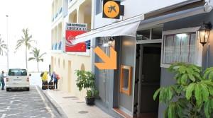 Bankomat in Puerto Naos: Das rote Schild des Restaurants Orinoco und das blau-gelbe der Caixa weisen den Weg. Foto: La Palma 24