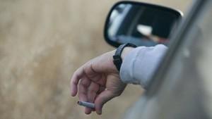 Nicht zu fassen: ignorante Wagenlenker, die ihre brennenden Kippen aus dem Auto werfen. Foto: DGT