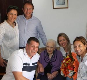 Doña Cleofe aus El Paso im Kreise mit Familie und Bürgermeister