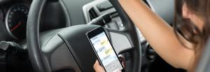 Mobil-Telefonieren und WhatsApp-Schreiben am Steuer: Unter allen Ablenkungen im Auto sind dies laut DGT in Spanien die Unfallverursacher Nummer 1.