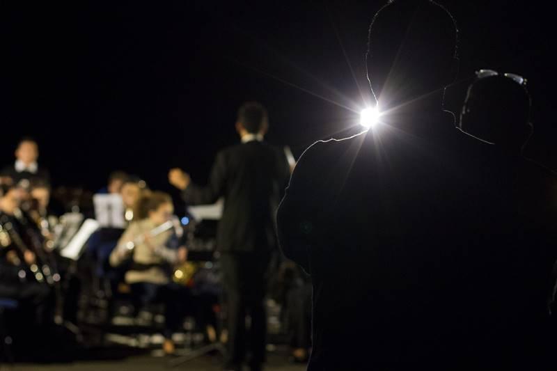 An den verdunkelten Orten konnten Interessierte am vergangenen Freitag auch durch Teleskope einen Blick ins All riskieren. Foto: Ivan Briones