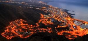 """Diese Aufnahme zeigt es: viel Verkehr auch noch nachts in Santa Cruz de La Palma. Die Stadt stellt nun die Weichen für eine Zukunft mit """"sauberen"""" Autos. Foto: Fernando Rodríguez Palmeros en el Mundo"""