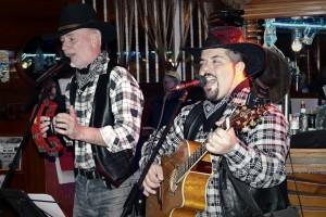 Thomas Papst (links): Der Alleinunterhalter hat feste Konzerttermine in Laly´s Bar und tritt ab und zu als Country-Duo Tommy und Charly auf.