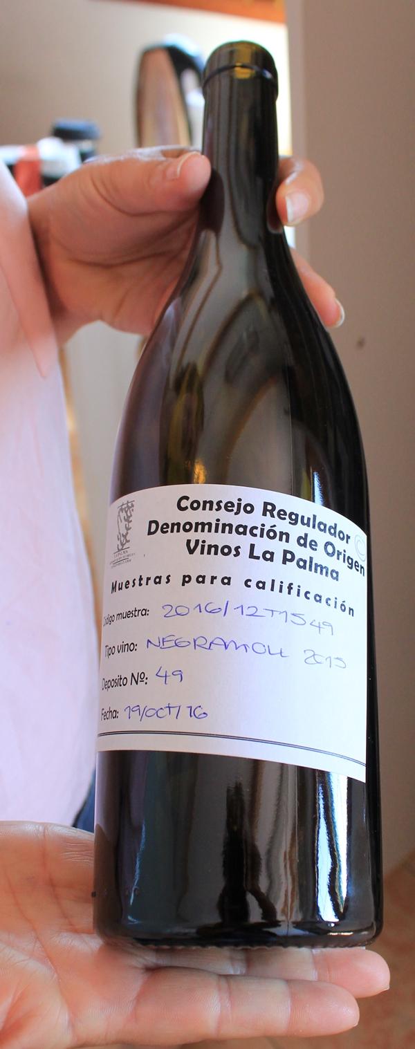 So sehen die Flaschen bei der Degustation im Kontrollrat-Büro aus: Aus Objektivitätsgründen wissen die Verkoster nicht, welcher Wein darin ist.
