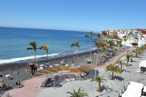 Blaue Flagge: Der Strand von Puerto Naos im sonnigen Westen von La Palma darf den blauen Umweltwimpel schon seit vielen Jahren hissen. Der Atlantik ist sauber, der Strand gepflegt und die Baywatch wachsam. Foto: La Palma 24