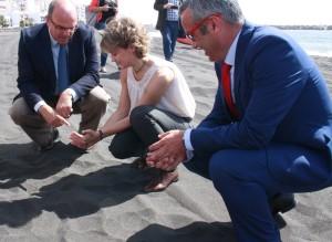 Spaniens Umweltministerin Isabel García Tejerina, Inselpräsident Anselmo Pestana (links) und Bürgermeister Sergio Matos nach der offiziellen Eröffung des neuen Stadtstrandes: Erholung beim Sandeln...