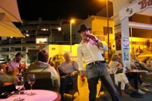 Thomas Papst in Aktion: Musik und Unterhaltung auf der Strandpromenade von Puerto Naos.
