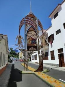 """Die riesigen Bögen und Kreuze verschönern zu Corpus Christi das Ortsbild von Mazo: Dafür gab´s die Auszeichnung """""""