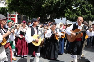 Los Llanos-City nach dem Umzug: überall wird bis in die Nachtstunden hinein musiziert. Foto: Stadt