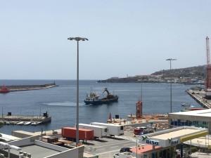 Das Baggerschiff ist schon da: Im Hafen von Santa Cruz werden am Eingang zu den Liegeplätzen der kleinen Boote Wasserschieber zu deren Schutz gebaut.