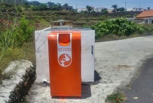 Leuchten unübersehbar orangerot: Container für Reste von Speiseöl in Fuencaliente. Foto: Gemeinde