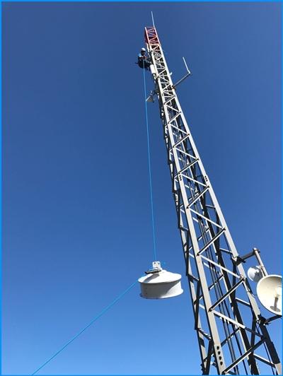 Verimax-Techniker: kümmern sich ums Funktinieren der WiMax-Funksignale an den Zentralmasten bis zum Empfänger auf La Palma um alles. Im Haus werden eine kleine Antenne und ein Router installiert. Voraussetzung für guten Empfang ist, dass der Mast in Sichtweite zum Haus steht.
