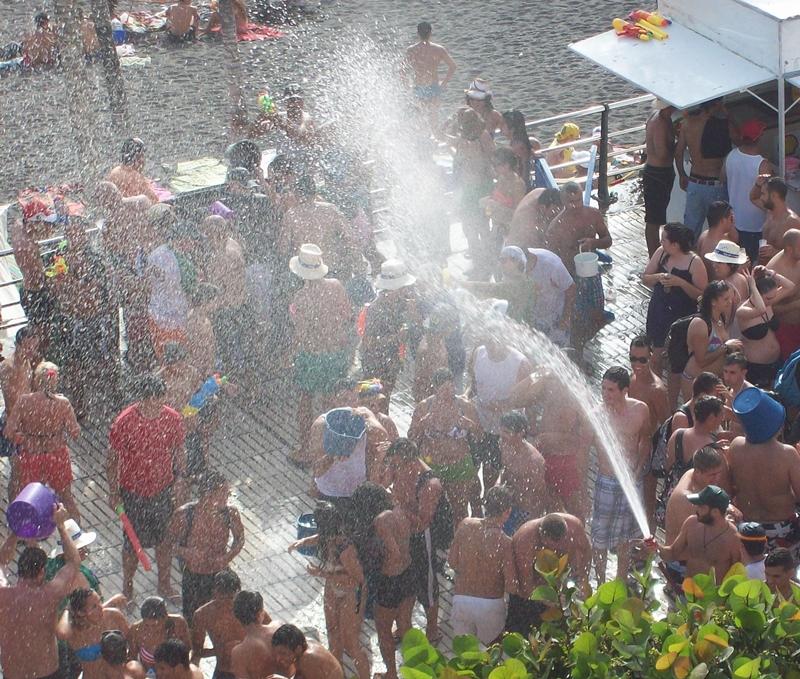 Wasserfest in Puerto Naos: viel Wasser und Musik liegen in der Luft. Foto: La Palma 24