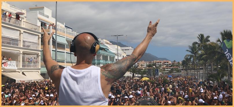 Dirigiert wurde das patschnasse Volk von DJ Ray Castellano. Foto: Michael Kreikenbom